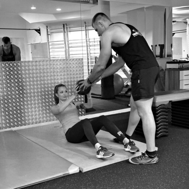Trening mobilny - sesja zdjęciowa w siłowni